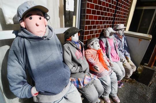 """""""Rùng mình"""" với ngôi làng làm búp bê thế chỗ người chết ở Nhật - Ảnh 11."""