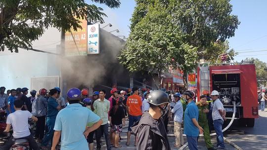 CLIP: Sau tiếng nổ, cửa hàng xe gắn máy bùng cháy dữ dội - Ảnh 1.