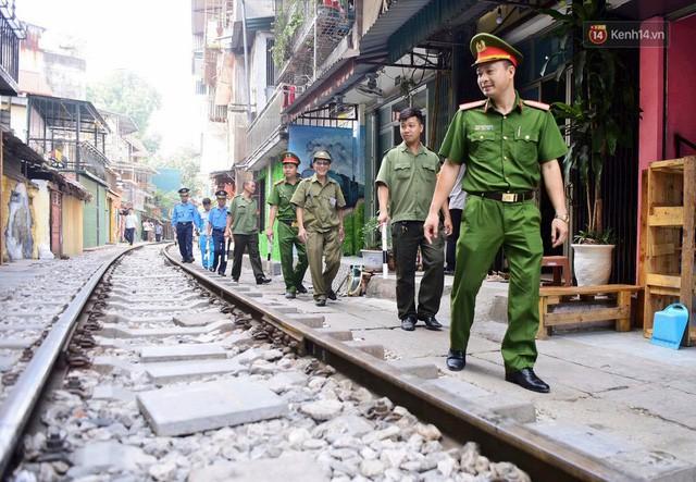 Hà Nội: Phố cà phê đường tàu vắng hoe ngày chính thức bị đóng cửa - Ảnh 2.