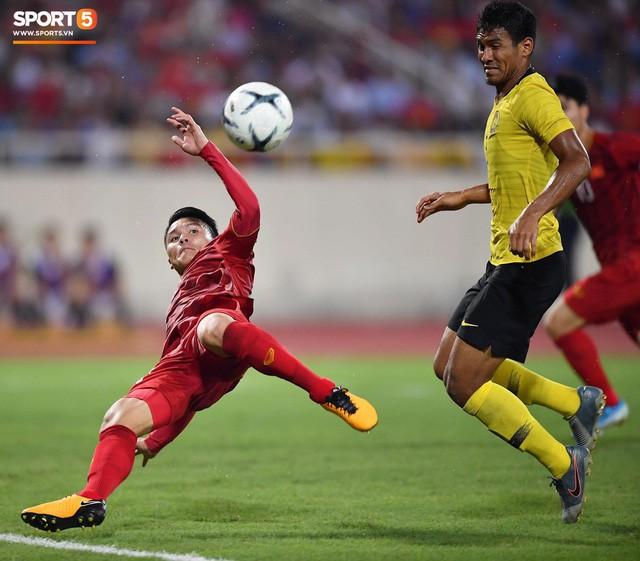 Chiêm ngưỡng siêu phẩm ngả bàn đèn khó tin của Quang Hải trong trận đấu Việt Nam vs Malaysia - Ảnh 2.