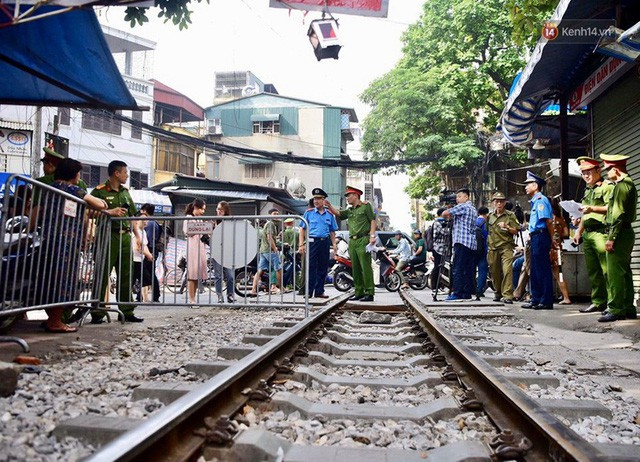Hà Nội: Phố cà phê đường tàu vắng hoe ngày chính thức bị đóng cửa - Ảnh 3.