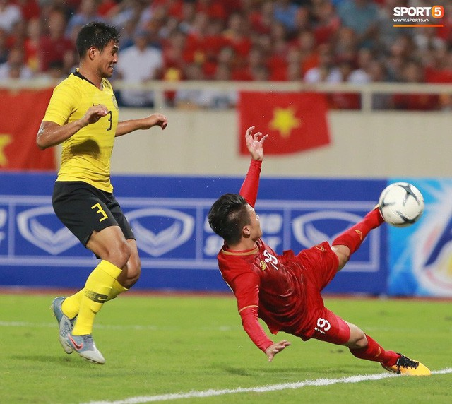Chiêm ngưỡng siêu phẩm ngả bàn đèn khó tin của Quang Hải trong trận đấu Việt Nam vs Malaysia - Ảnh 3.