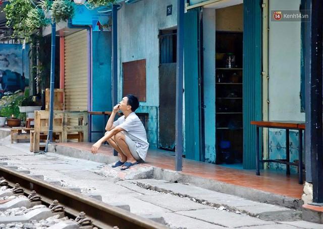 Hà Nội: Phố cà phê đường tàu vắng hoe ngày chính thức bị đóng cửa - Ảnh 4.