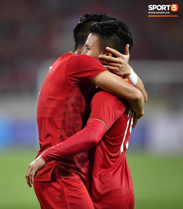 Chiêm ngưỡng siêu phẩm ngả bàn đèn khó tin của Quang Hải trong trận đấu Việt Nam vs Malaysia - Ảnh 4.