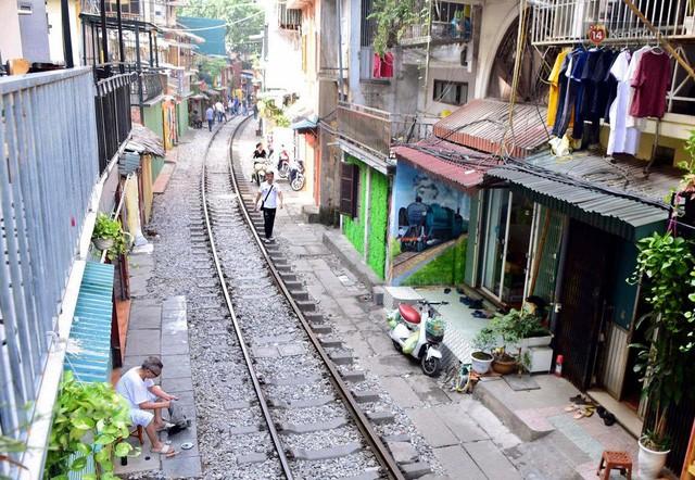 Hà Nội: Phố cà phê đường tàu vắng hoe ngày chính thức bị đóng cửa - Ảnh 6.