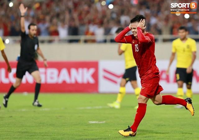 Chiêm ngưỡng siêu phẩm ngả bàn đèn khó tin của Quang Hải trong trận đấu Việt Nam vs Malaysia - Ảnh 6.