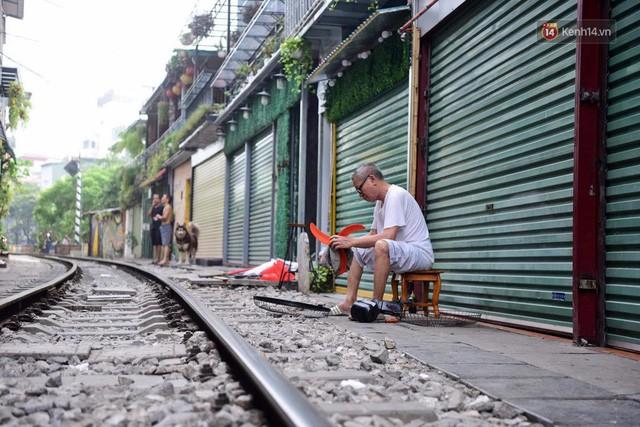 Hà Nội: Phố cà phê đường tàu vắng hoe ngày chính thức bị đóng cửa - Ảnh 7.