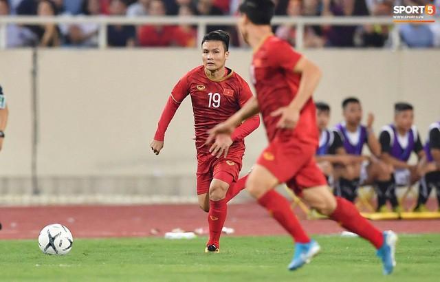Chiêm ngưỡng siêu phẩm ngả bàn đèn khó tin của Quang Hải trong trận đấu Việt Nam vs Malaysia - Ảnh 7.