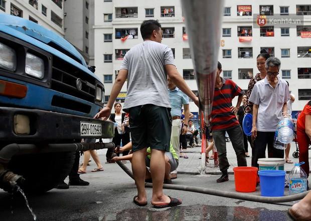 Ảnh, clip: Người dân chung cư HH Linh Đàm tiếp tục xếp hàng nhận nước sạch miễn phí, mòn mỏi chờ kết quả giám định nguồn nước có mùi lạ - Ảnh 5.