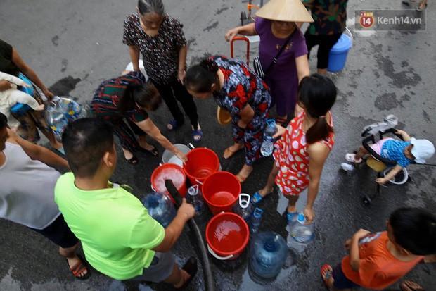 Ảnh, clip: Người dân chung cư HH Linh Đàm tiếp tục xếp hàng nhận nước sạch miễn phí, mòn mỏi chờ kết quả giám định nguồn nước có mùi lạ - Ảnh 8.