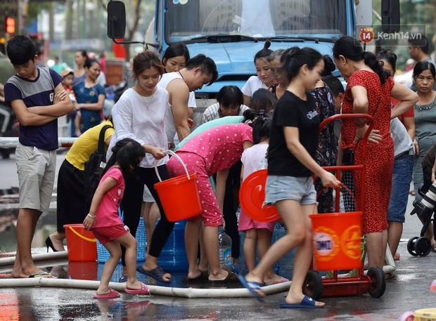 Ảnh, clip: Người dân chung cư HH Linh Đàm tiếp tục xếp hàng nhận nước sạch miễn phí, mòn mỏi chờ kết quả giám định nguồn nước có mùi lạ - Ảnh 10.
