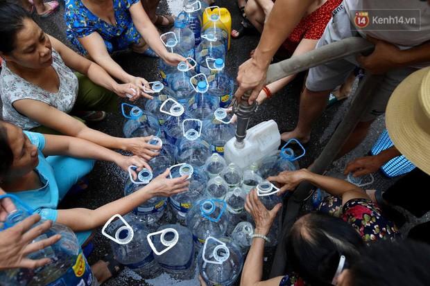 Ảnh, clip: Người dân chung cư HH Linh Đàm tiếp tục xếp hàng nhận nước sạch miễn phí, mòn mỏi chờ kết quả giám định nguồn nước có mùi lạ - Ảnh 11.
