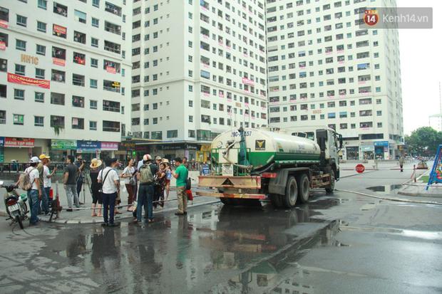 Hà Nội: Nước cung cấp miễn phí cho người dân có mùi tanh, màu đục hơn nước sạch thông thường - Ảnh 1.