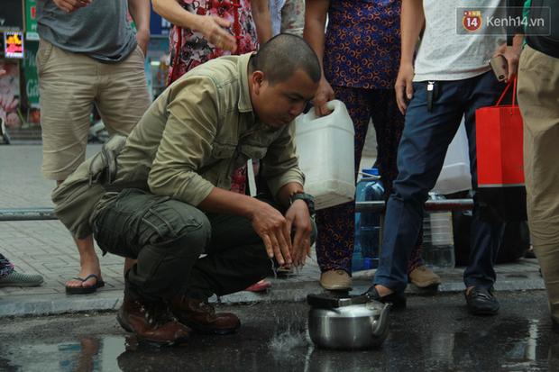 Hà Nội: Nước cung cấp miễn phí cho người dân có mùi tanh, màu đục hơn nước sạch thông thường - Ảnh 2.