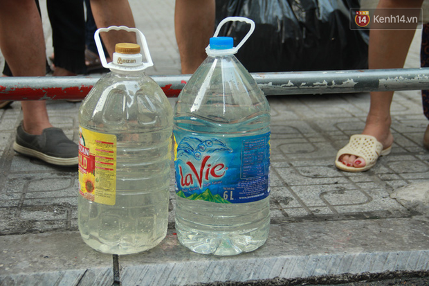 Hà Nội: Nước cung cấp miễn phí cho người dân có mùi tanh, màu đục hơn nước sạch thông thường - Ảnh 5.