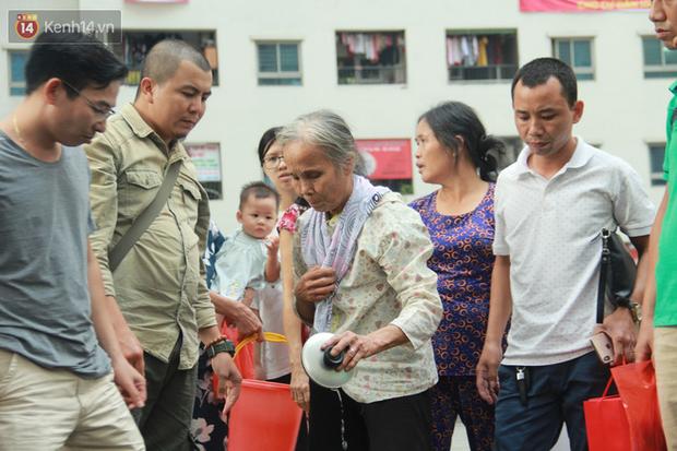 Hà Nội: Nước cung cấp miễn phí cho người dân có mùi tanh, màu đục hơn nước sạch thông thường - Ảnh 6.