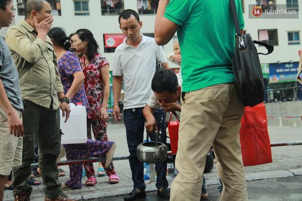Hà Nội: Nước cung cấp miễn phí cho người dân có mùi tanh, màu đục hơn nước sạch thông thường - Ảnh 7.