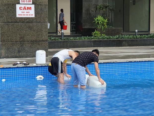 Hi hữu thiếu nước sạch ở Hà Nội: Người dân múc nước bể bơi về dùng, rồng rắn xếp hàng như thời bao cấp - Ảnh 5.