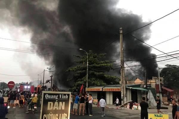 Lửa bao trùm chợ suốt đêm, 400 ki ốt ở Thanh Hóa bị thiêu rụi - Ảnh 2.