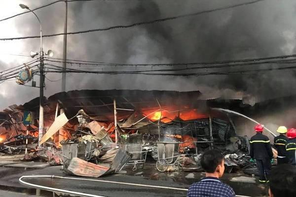 Lửa bao trùm chợ suốt đêm, 400 ki ốt ở Thanh Hóa bị thiêu rụi - Ảnh 3.