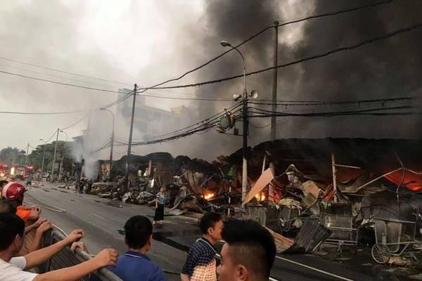 Lửa bao trùm chợ suốt đêm, 400 ki ốt ở Thanh Hóa bị thiêu rụi - Ảnh 4.