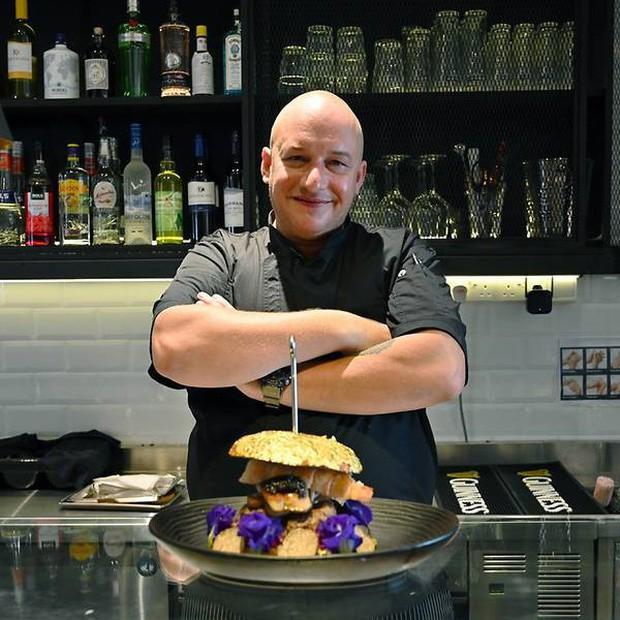 Được bán với giá 4 triệu đồng, chiếc burger này có gì đặc biệt mà lại đắt xắt ra miếng như vậy? - Ảnh 2.