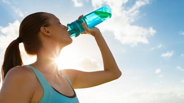 Dùng loại cốc uống nước này thường xuyên, cơ thể bạn không khác gì nạp và tích tụ thuốc độc mãn tính! - Ảnh 2.