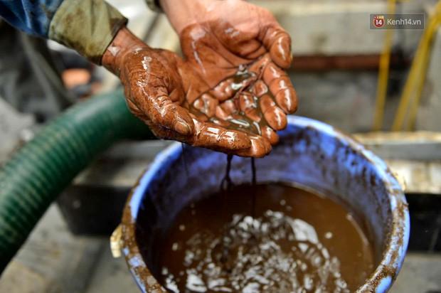 Ảnh: Dầu lắng cặn, bốc mùi nồng nặc khi thau bể nước tại khu đô thị Hà Nội sau sự cố ô nhiễm nước sông Đà - Ảnh 16.