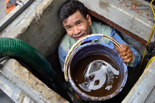 Ảnh: Dầu lắng cặn, bốc mùi nồng nặc khi thau bể nước tại khu đô thị Hà Nội sau sự cố ô nhiễm nước sông Đà - Ảnh 3.