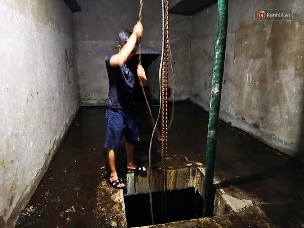 Ảnh: Dầu lắng cặn, bốc mùi nồng nặc khi thau bể nước tại khu đô thị Hà Nội sau sự cố ô nhiễm nước sông Đà - Ảnh 4.