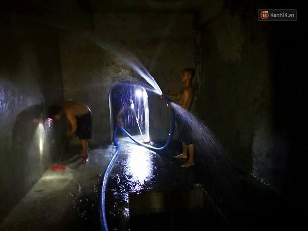 Ảnh: Dầu lắng cặn, bốc mùi nồng nặc khi thau bể nước tại khu đô thị Hà Nội sau sự cố ô nhiễm nước sông Đà - Ảnh 10.