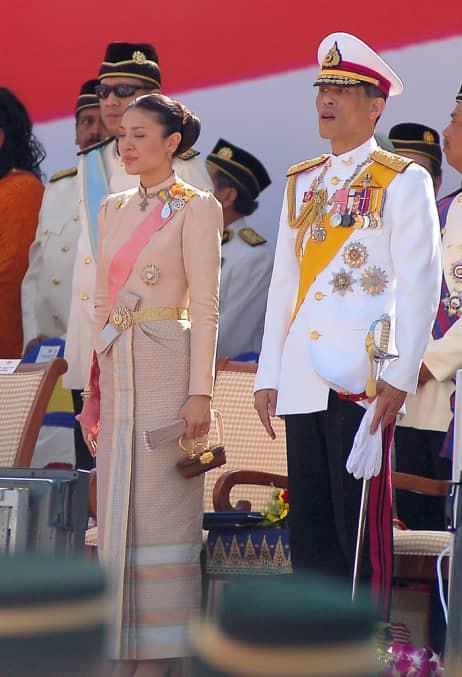 Bi kịch của cựu Vương phi Thái Lan bị phế truất: Nhận bạc tỉ nhưng phải từ bỏ con trai, cha mẹ 70 tuổi ngồi tù vì tham nhũng - Ảnh 2.
