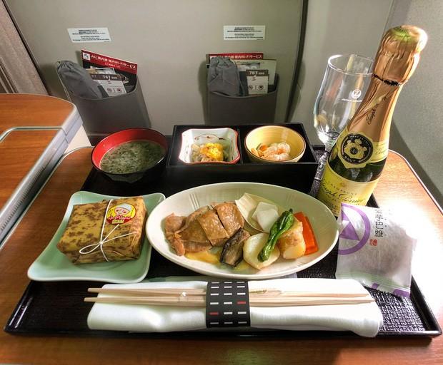 Suất ăn hạng nhất của 15 hãng hàng không này sẽ làm thay đổi quan niệm của bạn về chuyện ăn uống trên máy bay - Ảnh 26.