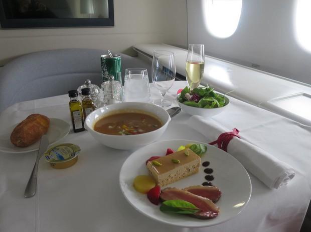 Suất ăn hạng nhất của 15 hãng hàng không này sẽ làm thay đổi quan niệm của bạn về chuyện ăn uống trên máy bay - Ảnh 5.