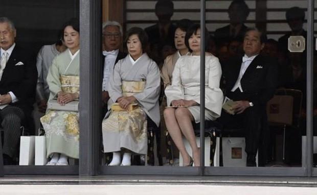 Phu nhân Thủ tướng Nhật Bản bỗng hứng búa rìu dư luận vì sai lầm nghiêm trọng trong lễ đăng quang của Nhật hoàng - Ảnh 1.