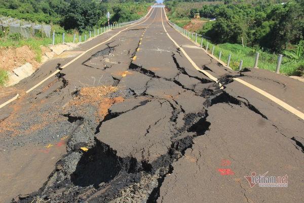 Đường tránh 250 tỷ đồng sụt lún, nứt toác như động đất ở Gia Lai - Ảnh 2.