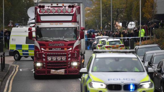 Hành động của lực lượng cảnh sát Anh khi xe chở 39 thi thể trong container rời đi để phục vụ công tác điều tra vừa xót xa, vừa ấm lòng - Ảnh 1.