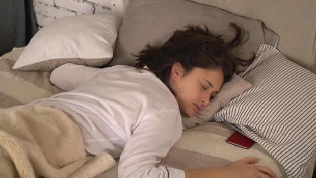 Nhiều người thường đặt đồ điện tử ở đầu giường mà không ngờ nó lại gây hại cho sức khỏe và tính mạng - Ảnh 1.