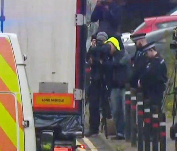 Hành động của lực lượng cảnh sát Anh khi xe chở 39 thi thể trong container rời đi để phục vụ công tác điều tra vừa xót xa, vừa ấm lòng - Ảnh 3.