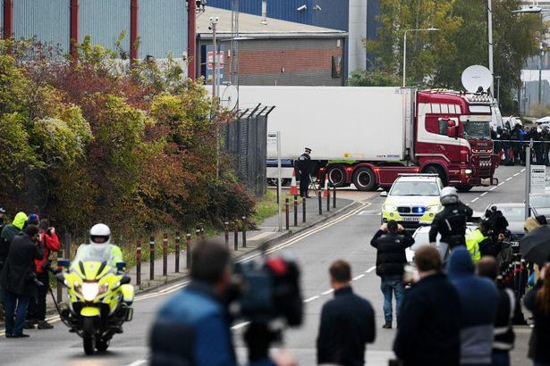 Hành động của lực lượng cảnh sát Anh khi xe chở 39 thi thể trong container rời đi để phục vụ công tác điều tra vừa xót xa, vừa ấm lòng - Ảnh 4.