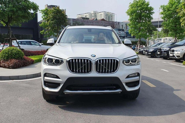 THACO lần đầu giảm giá BMW X3 và X5 cả trăm triệu đồng, 'xuống nước' trước Mercedes-Benz GLC và GLE - Ảnh 1.