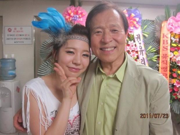 Chuyện gia tộc nhà chủ tịch SM Lee Soo Man: Thái tử ngậm thìa vàng bí ẩn nhất Kbiz và cô cháu gái đình đám châu Á - Ảnh 11.
