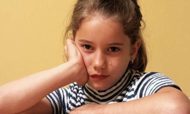 Ngủ dưới ánh đèn trong 3 năm, bé gái dậy thì ngay khi mới 7 tuổi - Ảnh 2.