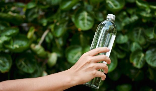 Chai thủy tinh, chai nhựa hay chai làm từ kim loại, loại chai nào sử dụng tốt nhất cho sức khỏe của bạn? - Ảnh 1.