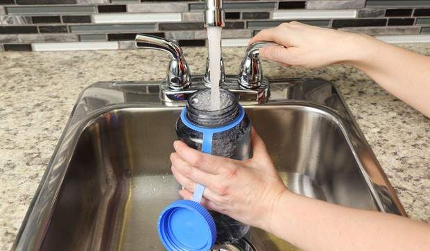 Chai thủy tinh, chai nhựa hay chai làm từ kim loại, loại chai nào sử dụng tốt nhất cho sức khỏe của bạn? - Ảnh 2.