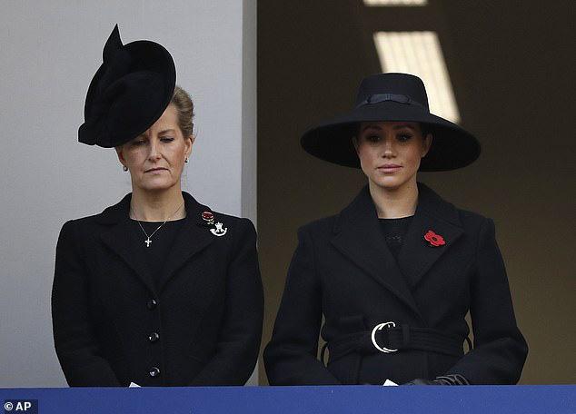 Meghan Markle bị chê gương mặt ảm đạm, không thể chán hơn khi tiếp tục xuất hiện cùng chị dâu Kate - Ảnh 3.