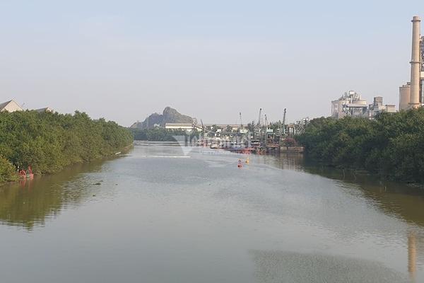 Bục đường ống Xi măng Chinfon Hải Phòng, dầu tràn ra sông - Ảnh 4.