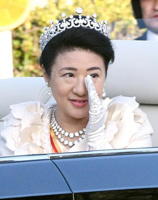 Khoảnh khắc Hoàng hậu Masako đôi mắt đỏ hoe, lén lau nước mắt khi diễu hành trước dân chúng trở thành tâm điểm chú ý - Ảnh 5.