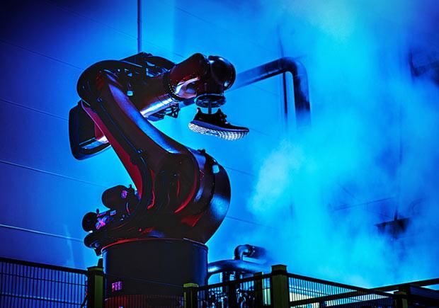 Speedfactory là gì mà Adidas sau 3 năm ca ngợi đã từ bỏ, muốn chuyển về thuê gia công ở các nước châu Á như Trung Quốc, Việt Nam? - Ảnh 1.