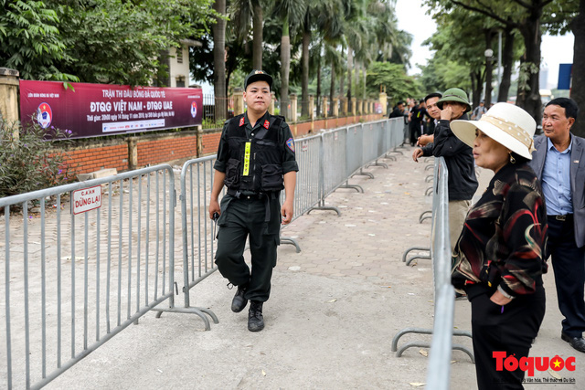 Thương binh xếp hàng dài chờ đăng ký mua vé trận Việt Nam - UAE - Ảnh 2.